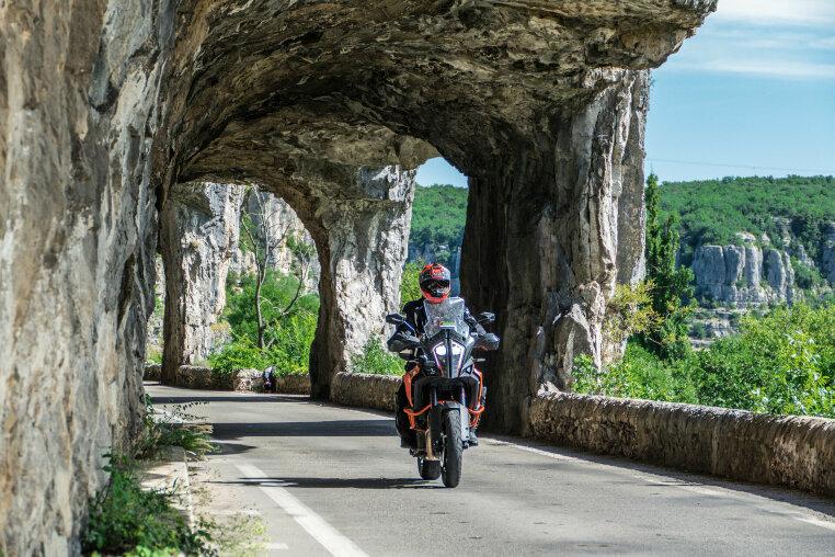 In den Stein gehauen: die Verbindungsstraße zwischen Labeaume und Ruoms
