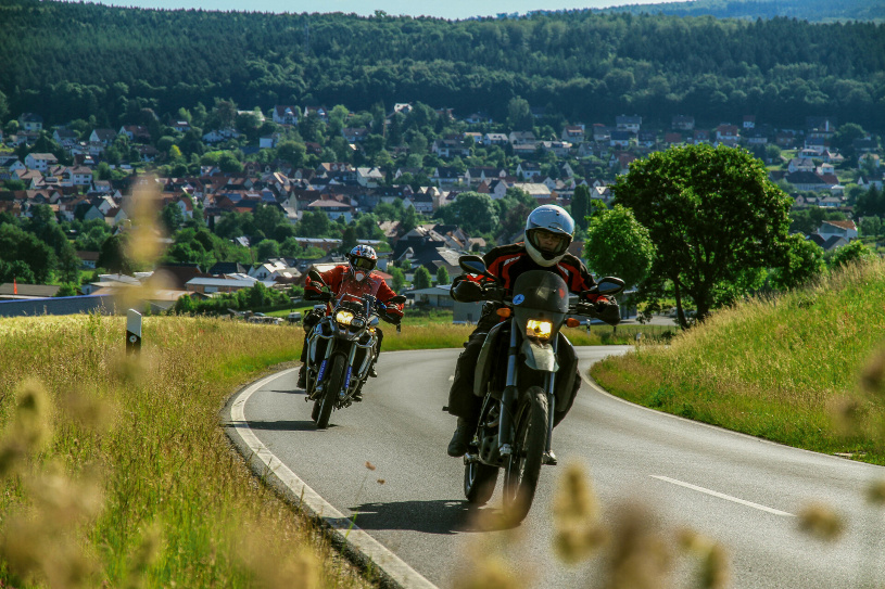 Der KTM-Einzylinder kämpft sich den Hügel hinauf.