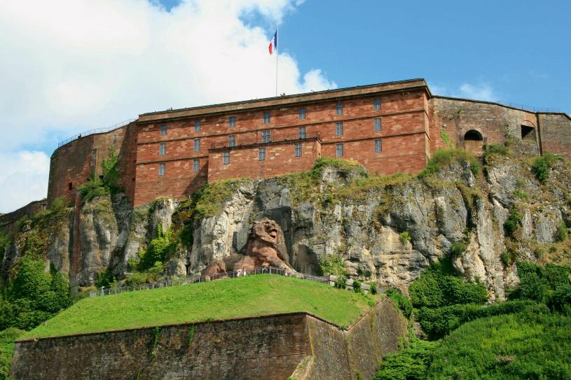 Die Zitadelle und der steinerne Löwe Belforts.