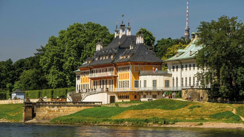 Das Wasserpalais entfaltet seine eigentliche Wirkung von der Flussseite.