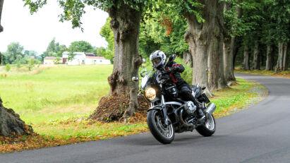 Auf kleinen Straßen steuern wir unsere Motorräder von der Küste hinüber in die Mecklenburgische Schweiz.