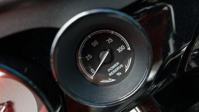 """Nettes Gimmick: die """"Power Reserve"""". Wie bei Rolls-Royce und einigen BMW-Automodellen zeigt sie an, wie viel Leistung noch abgerufen werden kann beim Gas geben."""