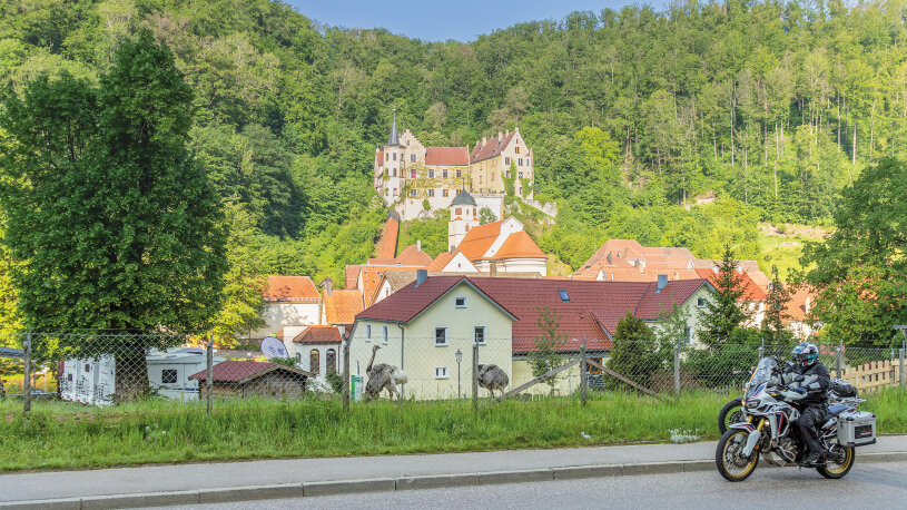 Auf der Motorradtour geht es an Schloss Weißenstein vorbei