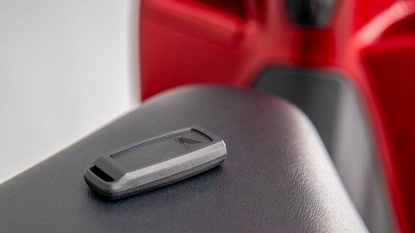 Die schlüssellose Zündung entriegelt automatisch das Staufach unter der Sitzbank.