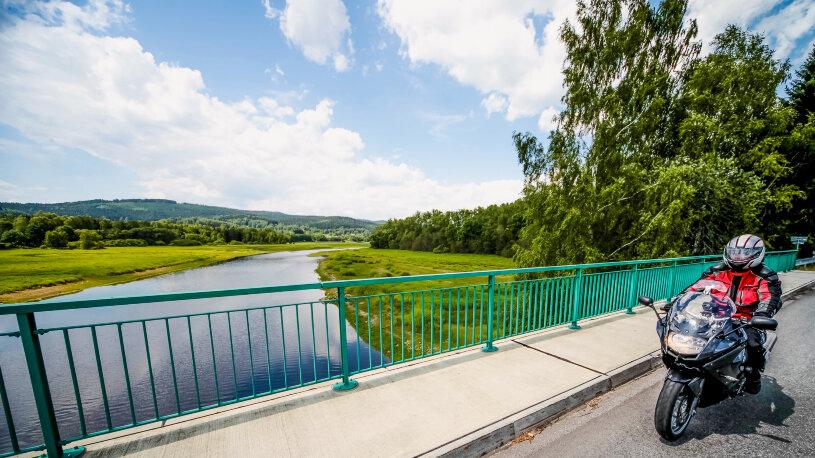 Motorradtour Bayerischer Wald Fahrt über Brücke