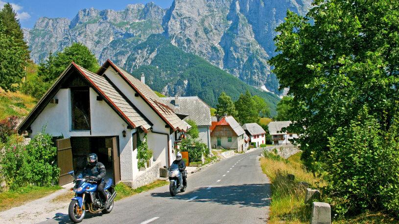 Der äußerst markante Karnische Kamm und die weiter östlich anschließenden Karawanken bilden die natürliche Grenze zwischen Kärnten im Norden, dem italienischen Friaul und Slowenien.