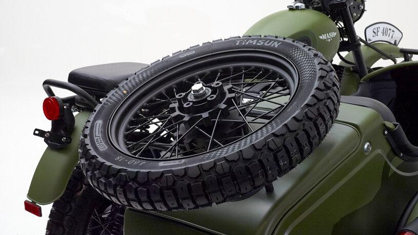 Mash Side Force Gespann mit Ersatzrad auf dem Seitenwagen